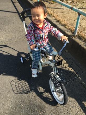 誕生日プレゼントは、自転車。ずっとお父さんの自転車にあこがれていたから、うれしい!!