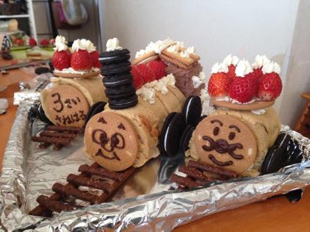 3歳の誕生日ケーキは、大好きな汽車にしてくれました。トーマスとアンパンマンだー!